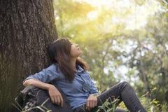 La mujer feliz goza y se relaja con la naturaleza Imágenes de archivo libres de regalías