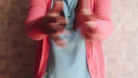 La mujer feliz hermosa en rosa aplaude en cámara metrajes