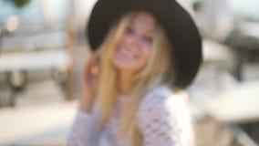La mujer feliz joven atractiva que camina en café, aumenta con éxito sus brazos para arriba Mire la cámara almacen de video