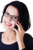 La mujer feliz joven está llamando Imagen de archivo