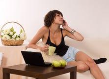 La mujer feliz joven está llamando con un teléfono móvil Fotos de archivo libres de regalías