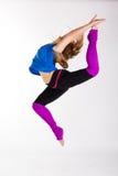 La mujer feliz joven hace ejercicio de la aptitud Foto de archivo