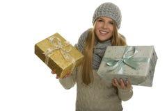 La mujer feliz lleva dos regalos de Navidad Imágenes de archivo libres de regalías
