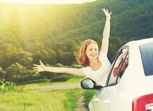 La mujer feliz mira hacia fuera la ventanilla del coche en la naturaleza Fotografía de archivo libre de regalías