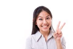 La mujer feliz que muestra 2 fingeres gesticula, muestra de la victoria Imagen de archivo