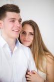 La mujer feliz se vistió en camisa puso su cabeza en el hombro del hombre Fotos de archivo libres de regalías