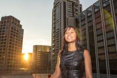 La mujer feliz sonríe y disfruta de la puesta del sol Fotografía de archivo libre de regalías