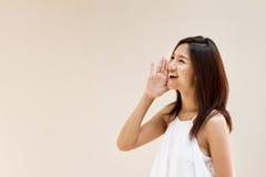 La mujer feliz sonriente, habla, grita, anuncia, comunica Imagen de archivo