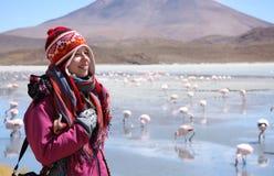 La mujer feliz viaja en la naturaleza salvaje de los Andes, Bolivia Fotografía de archivo