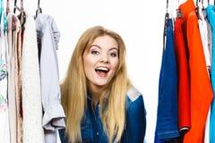 La mujer feliz viste compras Imágenes de archivo libres de regalías