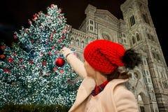 La mujer finge el adornamiento del árbol de navidad en Florencia, Italia Fotografía de archivo