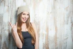 La mujer fresca del inconformista con el sombrero agradable está gesticulando Imágenes de archivo libres de regalías