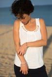 La mujer frota el brazo Foto de archivo libre de regalías