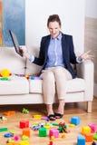 La mujer furiosa en un cuarto de niños juega por completo fotografía de archivo libre de regalías