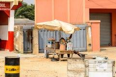 La mujer ghanesa no identificada vende la comida en pueblo local Gente fotos de archivo