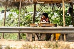 La mujer ghanesa no identificada vende pescados en pueblo local Gente fotografía de archivo libre de regalías