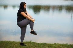 La mujer gorda consigue lista para activar en el parque imágenes de archivo libres de regalías