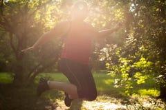 La mujer gorda es deporte feliz y de salto Imagen de archivo