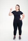 La mujer gorda feliz en deportes lleva destacar el finger Imagen de archivo libre de regalías