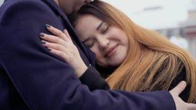 La mujer gorda hermosa joven abraza con su hombre almacen de metraje de vídeo
