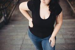 La mujer gorda que sufre de respira la brevedad que camina en el st fotos de archivo libres de regalías