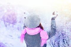 La mujer goza de la nieve en el bosque del invierno Fotos de archivo
