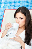 La mujer goza de la taza de café en centro del balneario Fotos de archivo