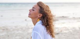 La mujer goza de olor del mar fotografía de archivo