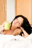 La mujer goza de una taza de café Imagen de archivo libre de regalías