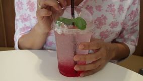 La mujer goza el beber de soda helada de la baya de la mezcla almacen de metraje de vídeo