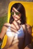 La mujer goza en sol y sombra Imagen de archivo