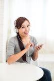 La mujer goza escucha la música Imágenes de archivo libres de regalías