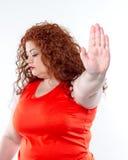 La mujer grande con el lápiz labial rojo y el dolor abdominal grande, mún humor fotografía de archivo libre de regalías