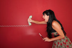 La mujer grita en el teléfono Imagen de archivo libre de regalías
