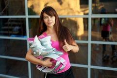 La mujer guarda botas del kangoo y los pulgares de salto de las demostraciones para arriba fotografía de archivo libre de regalías