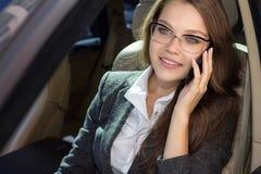 La mujer habla por el teléfono Imagen de archivo libre de regalías