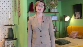 La mujer habla y se mueve alrededor del cuarto almacen de video