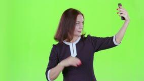 La mujer hace el selfie en su teléfono Pantalla verde metrajes