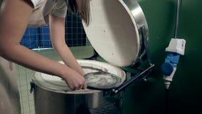 La mujer hace el vajilla de cerámica metrajes