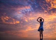 La mujer hace forma del corazón fotos de archivo libres de regalías