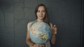 La mujer hace girar el globo almacen de metraje de vídeo