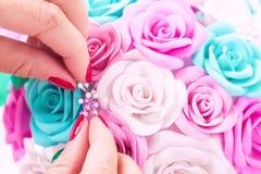 La mujer hace las flores artificiales Imagen de archivo