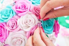 La mujer hace las flores artificiales Fotos de archivo libres de regalías