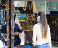 La mujer hace a mano al por menor Fotos de archivo libres de regalías