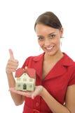 La mujer hace publicidad de las propiedades inmobiliarias Imágenes de archivo libres de regalías