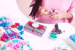 La mujer hace un ataúd rayado Imagen de archivo libre de regalías