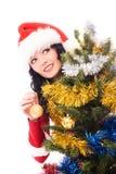 La mujer hermosa adorna un árbol de navidad Imagenes de archivo