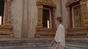 La mujer hermosa camina cerca del templo de Buda en chalong del wat Visita tur?stica de excursi?n almacen de video