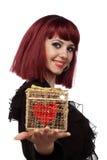 La mujer hermosa con el corazón pila de discos en un rectángulo de regalo Imágenes de archivo libres de regalías