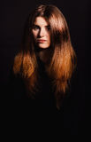 La mujer hermosa con el peinado largo presenta en el estudio fotografía de archivo libre de regalías
